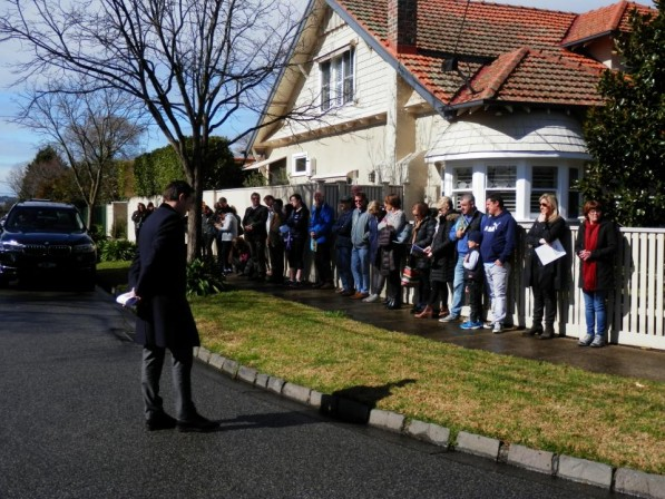 Oooh is line what lining up all your ducks looks like -  James Tomlinson gets 3 Rothesay Malvern East away nicely for $2,990,000 under the hammer  - bidders. Click here for James rating and report.
